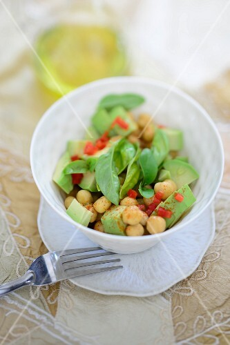 Avocado salad with chickpeas
