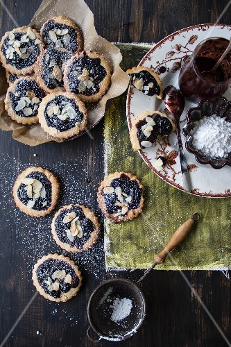Rice cakes with blueberry jam and flaked almonds