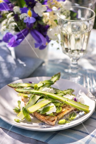 Toast topped with asparagus and Parmesan cheese