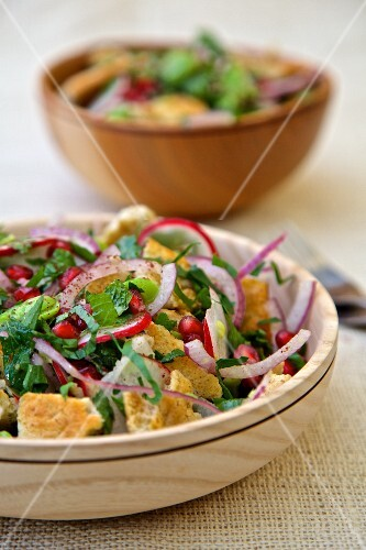 Salad with pomegranate seeds, radishes, onions and croutons