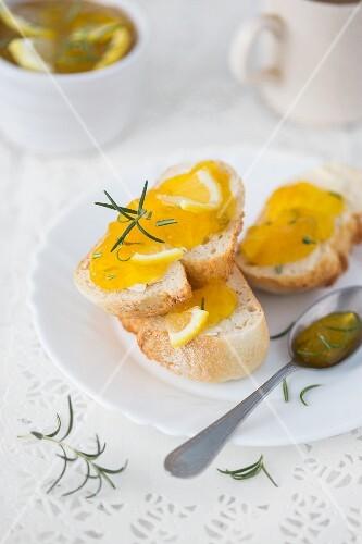 Brotscheiben mit Zitronen-Rosmarin-Marmelade