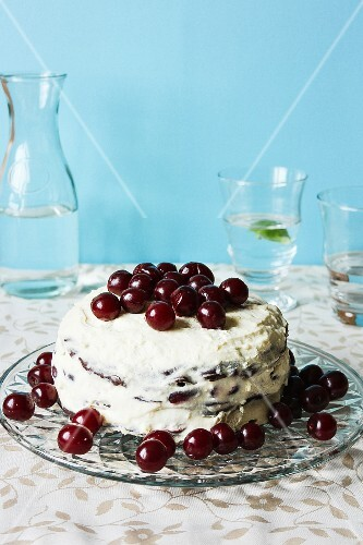 Creamy cake with sour cherries