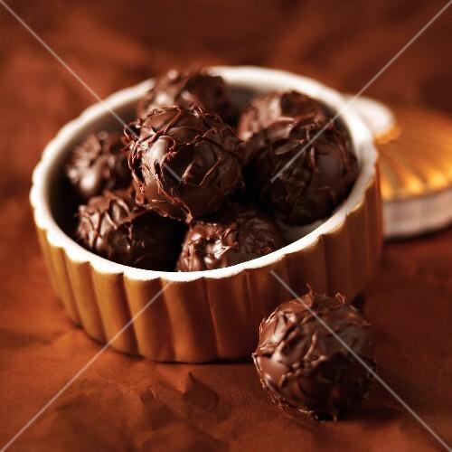 A bowl of vanilla truffles