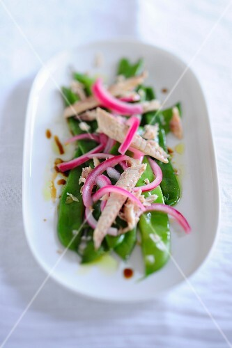 Mange tout salad with mackerel and red onions
