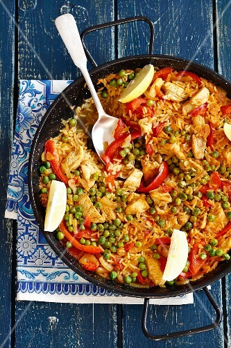 Paella with chicken, peas and peppers