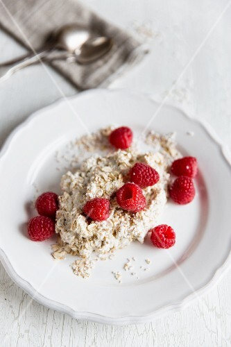 Muesli with amaranth, oats, quark and raspberries