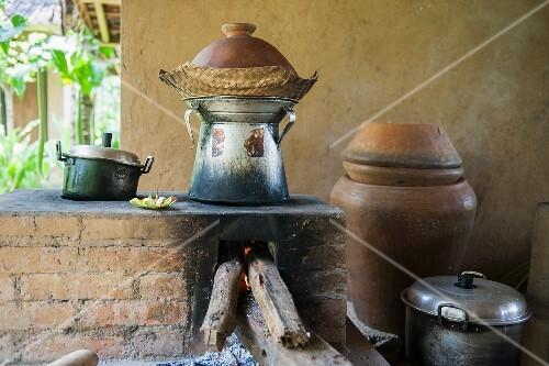 Töpfe kochen über Holzofen in … – Bilder kaufen – 11454464 ❘ StockFood