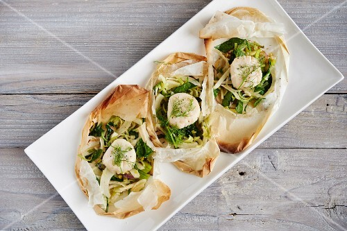 Scallops with leek, fennel and white wine in parchment paper