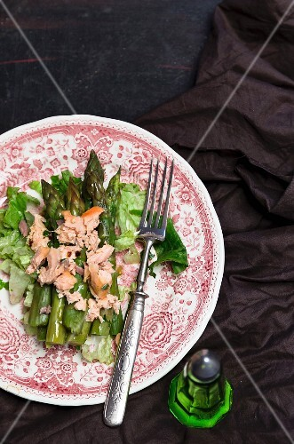 Green asparagus salad with fish
