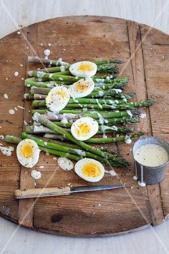 Asparagus with hard-boiled eggs and Hollandaise sauce