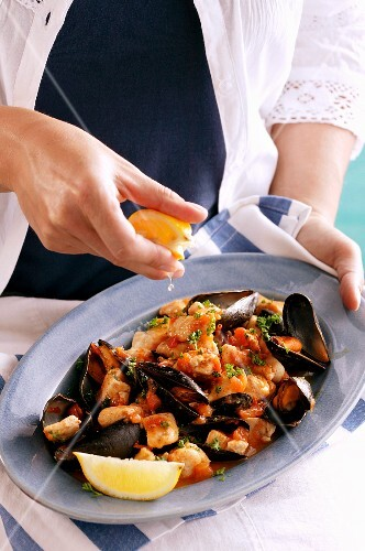 Mussels with tomatoes and lemon juice