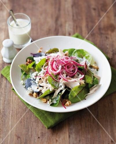 Spinach salad with blue cheese, chicken, walnuts and onions