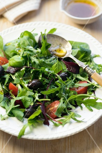Rocket salad with tomatoes and olives