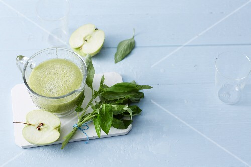 A sweet basil smoothie with Granny Smith apples and dates