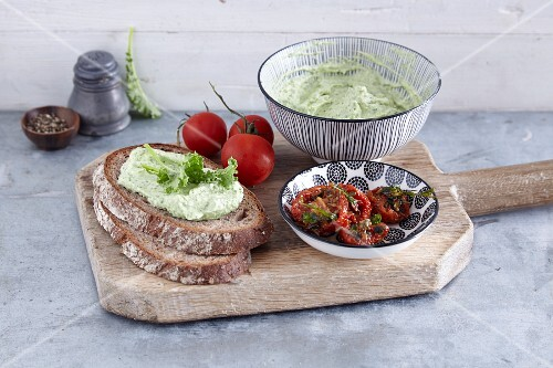 Wholemeal bread with kale cream and dried tomatoes
