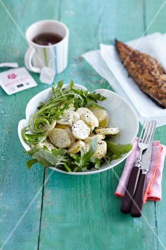 Potato salad with rocket and mackerel