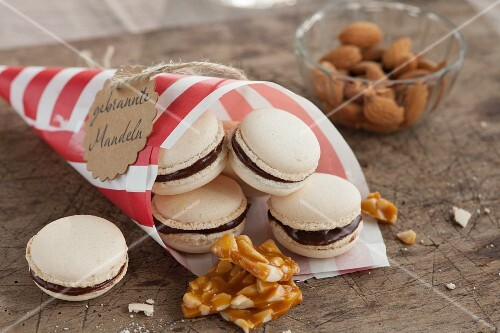 Macaroons with roasted almonds