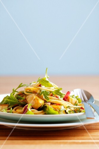 Spaghetti with vegetables and rocket