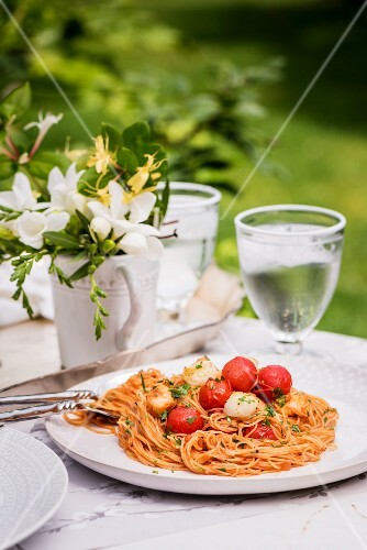 Spaghetti with cherry tomatoes and scallops