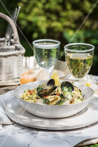 Spaghetti with white wine mussels and lemon