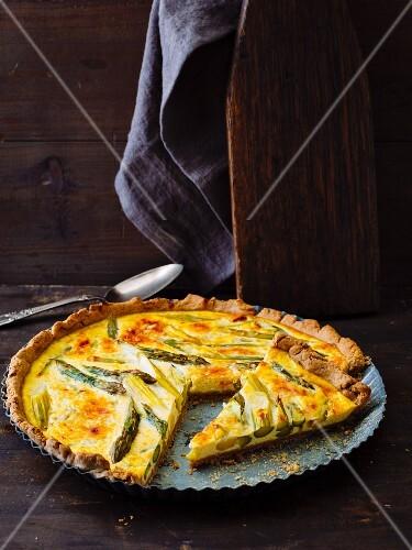 Vegetarian tart with green asparagus