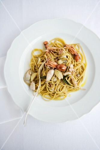 Bavette con calamaretti al profumo d'aglio e salvia (pasta with garlic squid and sage, Italy)