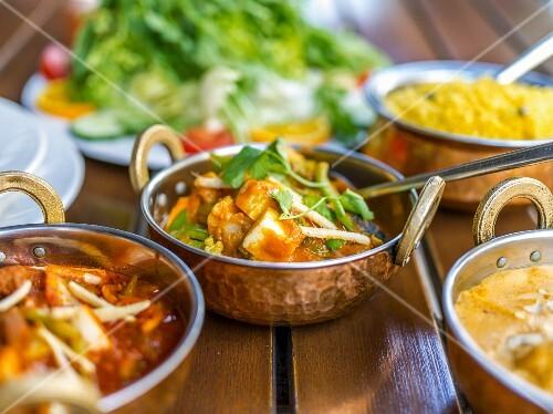 Gemüsecurries mit Reis im indischen Restaurant