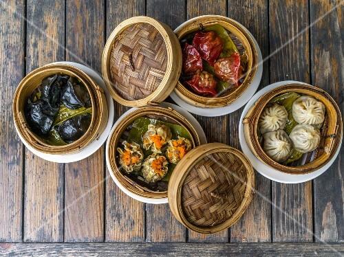 Various stuffed dumplings in bamboo steamers (Asia)
