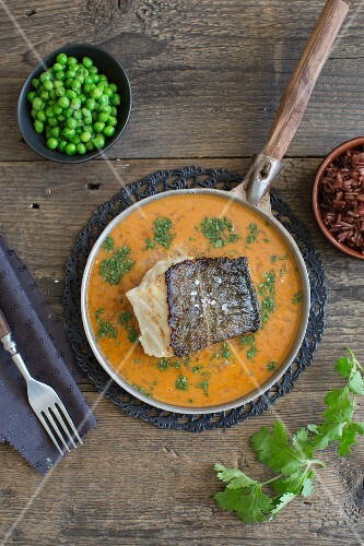Red cod curry with peas and red rice