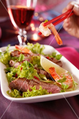 Oriental salad with beef and prawns