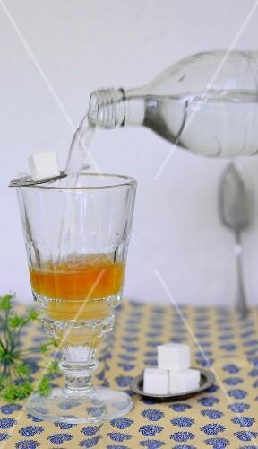 Apfelessig mit Wasser aufgiessen