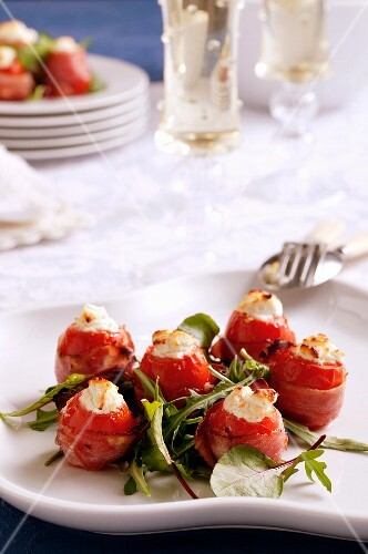 Mini peppers filled with cheese and rocket