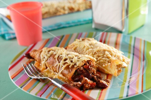Wraps filled with minced meat, beans and cheese