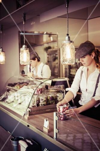 Food Truck mit verschiedenen Salaten und Snacks