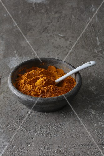 Turmeric powder for giving vegan dishes a yellow colour