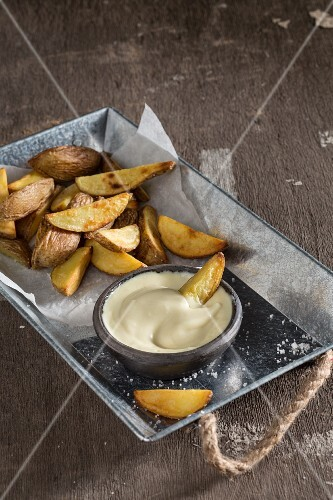 Potato wedges with vegan mayonnaise