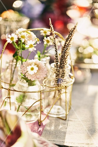 Summer table decorations made with flowers and feathers