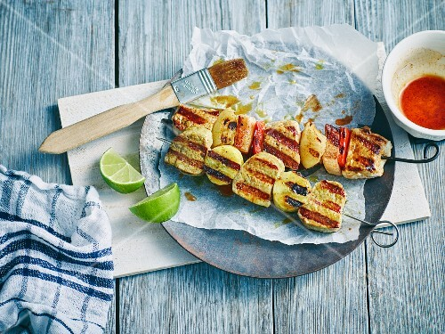 Pork skewers with pepper and green bananas
