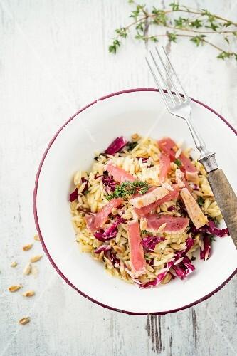 Nudelsalat mit Thunfisch und Sonnenblumenkernen