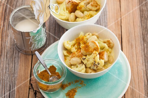 Cauliflower curry with turkey breast fillet with giant beans