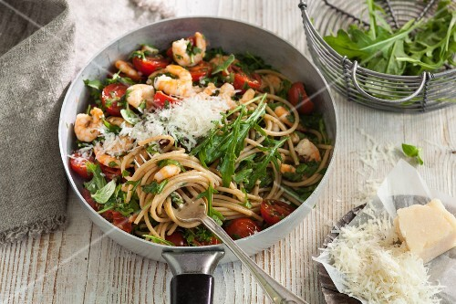 Wholemeal spaghetti with shrimps and rocket