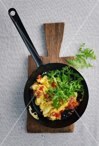 Scrambled eggs with ham, peppers and rocket