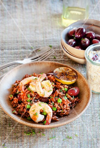 Red rice with prawns and black olives