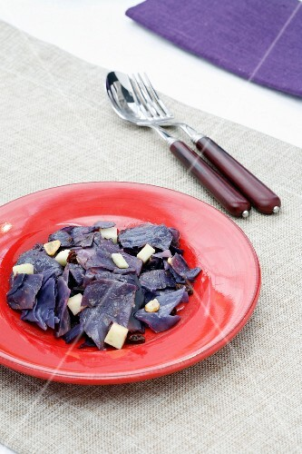Apple red cabbage with raisins