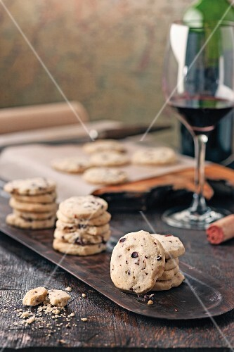 Olive sables with red wine