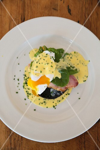 Eggs Benedict with mushrooms, ham and Hollandaise sauce (USA)