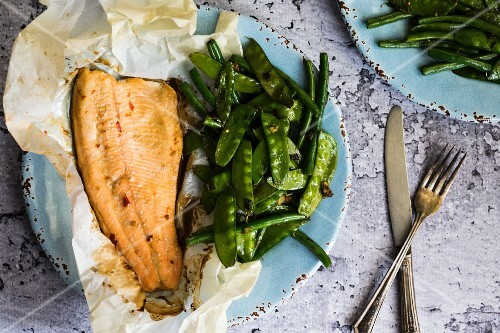 Fish baked in paper with beans and mange tout