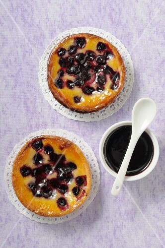 Amandine tartlets with blueberries and blackcurrants