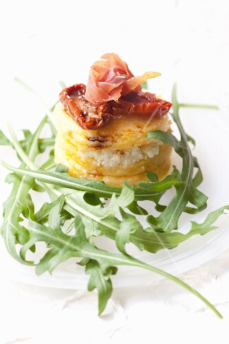 Polenta with dried tomatoes, ham and rocket