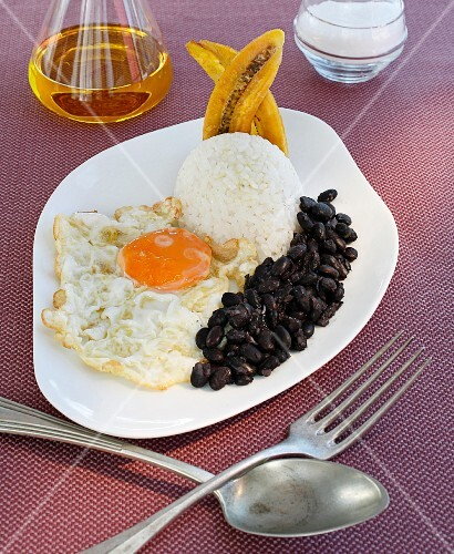 Black beans with rice, fried egg and banana (Cuban style)